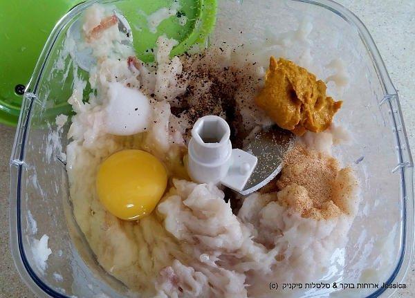 להוסיף את התבלינינם והביצה לדג