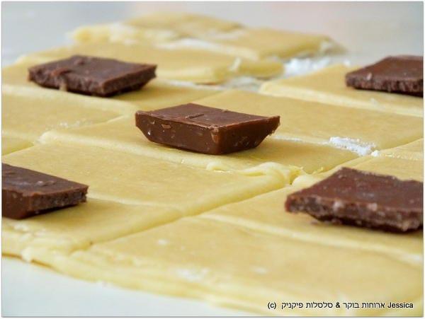 מניחים קוביית שוקולד בשליש העליון של מלבן הבצק