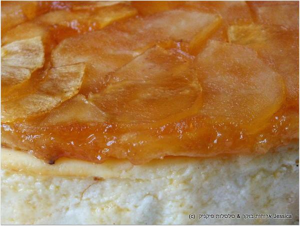 שכבת הטארט טאטן בנגיעות גרידת לימון מעל עוגת גבינה ניו יורק