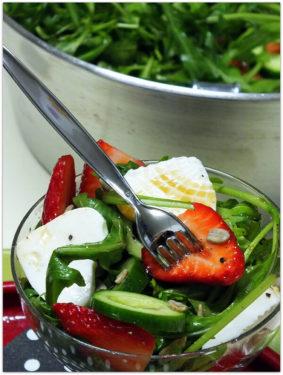 סלט תותים ורוקט עם לבבות גבינה צפתית דליקטס