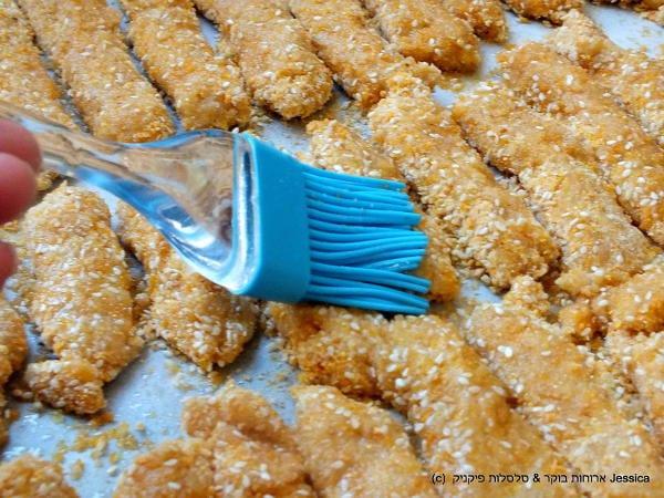 בעזרת מברשת למרוח את שמן הזית על אצבעות השניצל