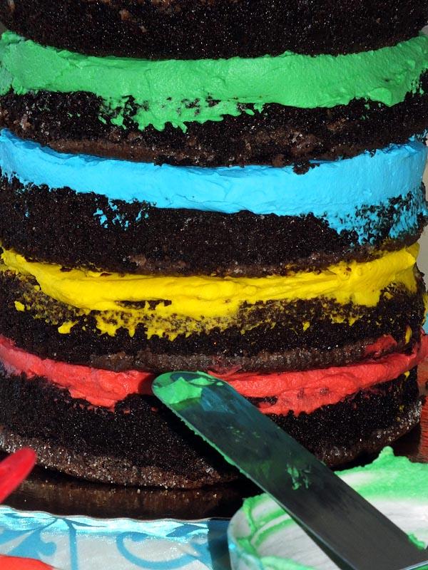 מעל כל שכבה למרוח צבע אחד ולהניח מעל את העוגה הבאה