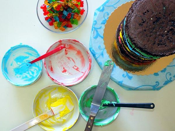למרוח את כל השכבות ולהניח את העוגה האחרונה מעל