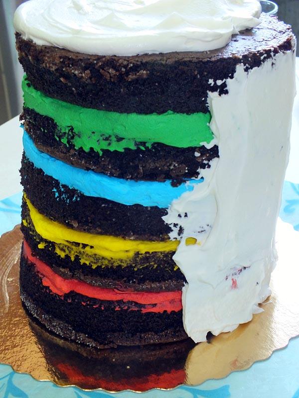 מצפים את העוגה בקרן שוקולד לבן