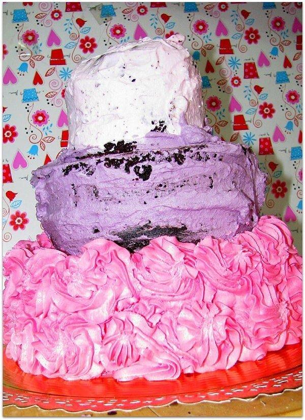 בסיס העוגה מקושט בשושנים