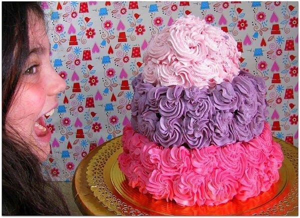 העוגה מקושטת ומוכנה לאכילה