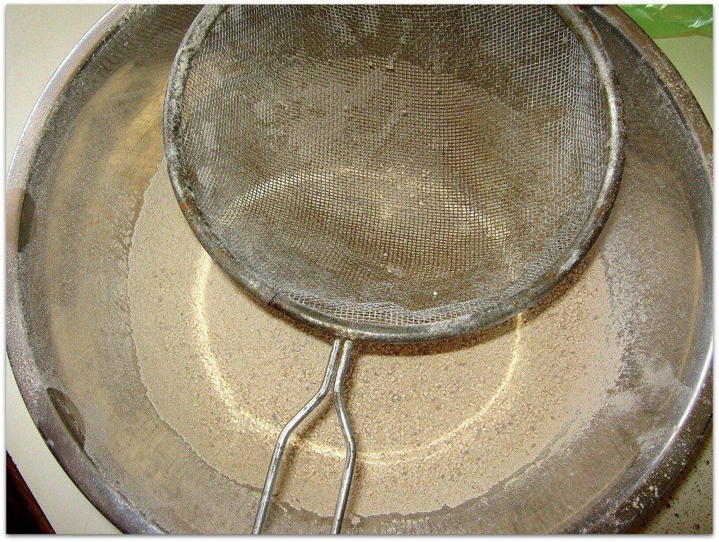 לסנן את המצות הטחונות לקבלת מרקם דקיקי כמו קמח - ללא גושים