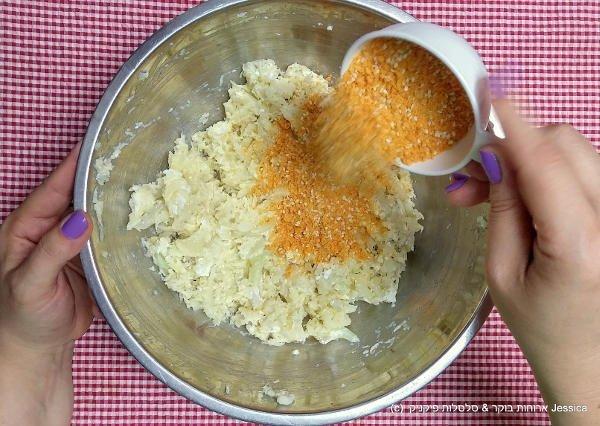 להוסיף את תערובת פירורי הלחם לתערובת הכרובית