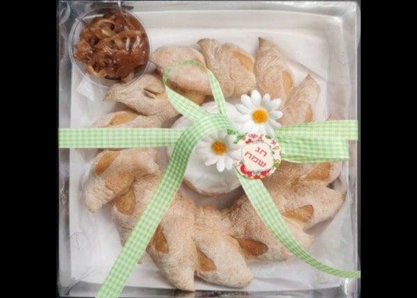מארז לחם שבולת עגול עם כיכר קממבר וריבת בצל